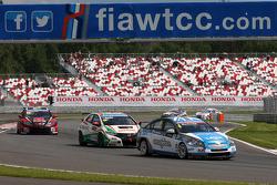 Alex MacDowall, Chevrolet Cruze 1.6T, bamboo-engineering leads Tiago Monteiro, Honda Civic Super 2000 TC, Honda Racing Team Jas