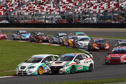 Pepe Oriola, SEAT Leon WTCC, Tuenti Racing and Gabriele Tarquini, Honda Civic, Honda Racing Team J.A.S.