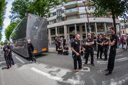 Lotus Praga teamleden arriveren bij de technische keuring