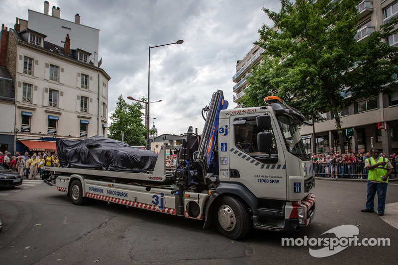 #97 Aston Martin Racing Aston Martin Vantage GTE met speciale livery arriveert onder een doek