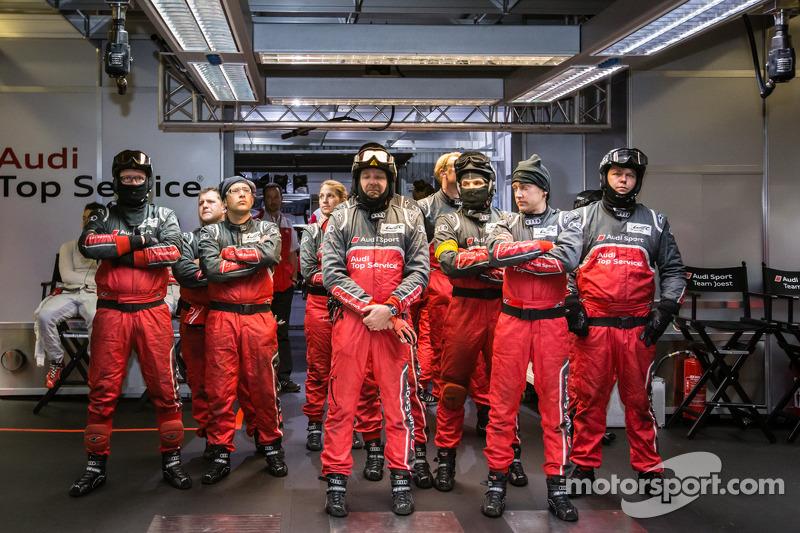 Audi Sport teamleden bekijken het einde van de kwalificatie