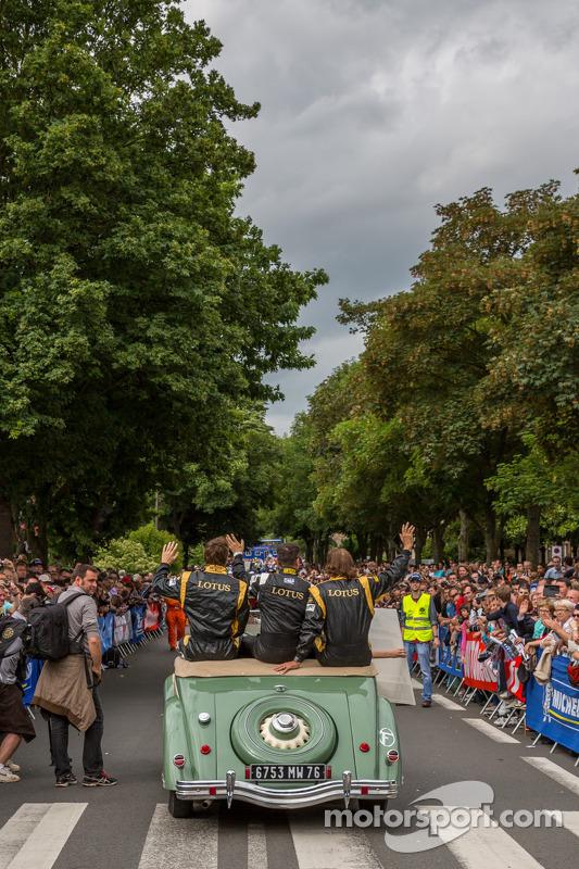 Packed streets de Le Mans for Grande Parade des Pilotes
