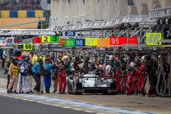 Very busy pit stop for the #2 Audi Sport Team Joest Audi R18 e-tron quattro: Tom Kristensen, Allan McNish, Loic Duval