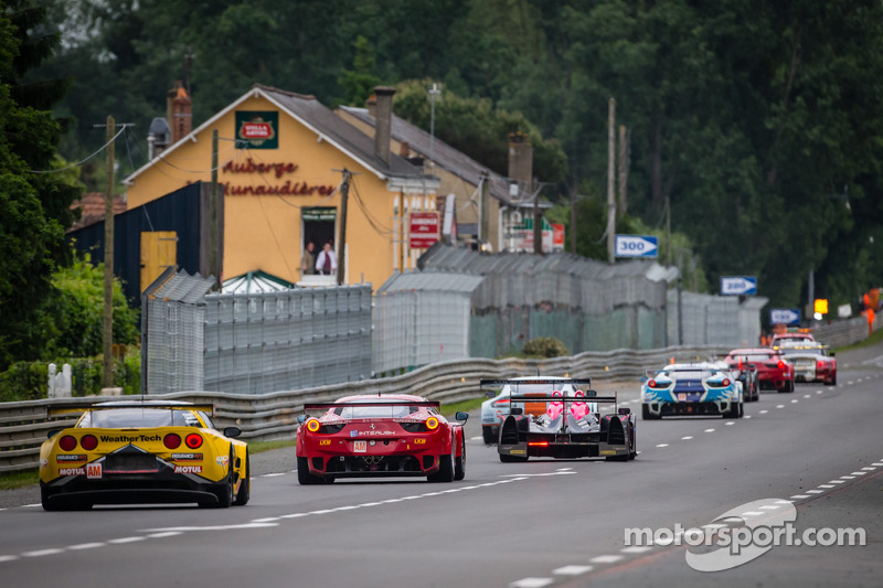 Een groep auto's volgen de Safety Car tijdens de neutralisatie: #70 Larbre Compétition Corvette C6.R: Philippe Dumas, Manuel Rodrigues, Cooper MacNeil