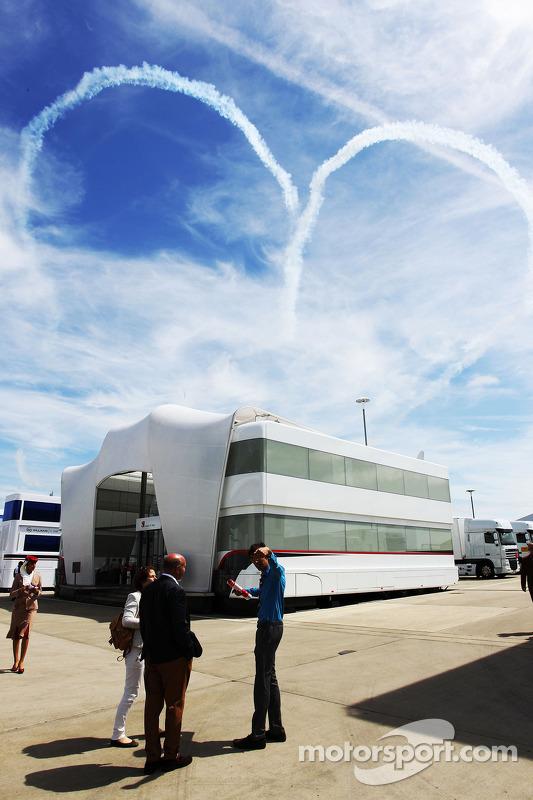 Fluxo de fumaça no céu, em forma de coração