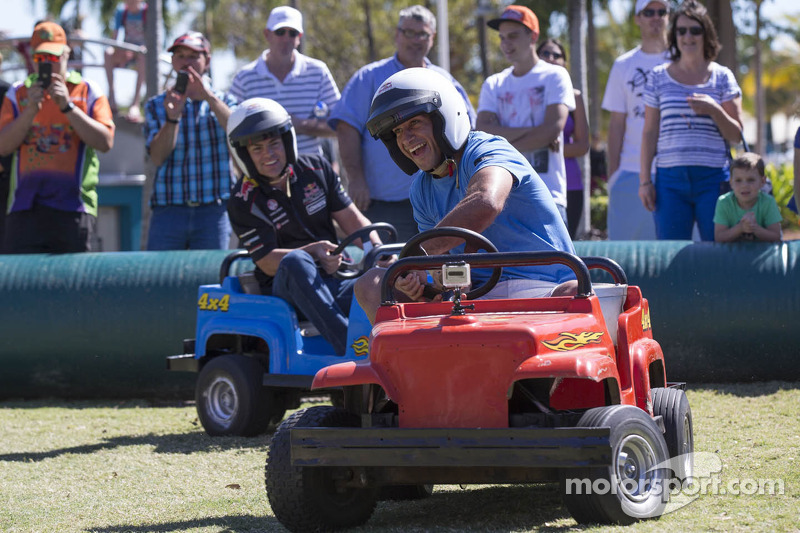 Craig Lowndes, Red Bull Racing, e Johnathan Thurston se divertem