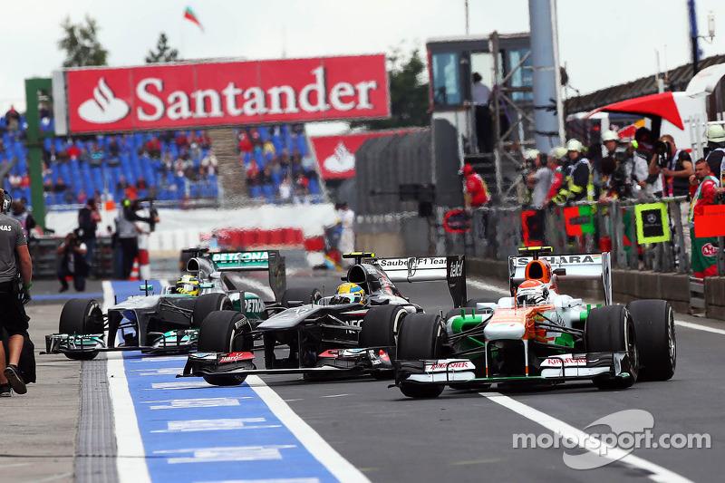 Adrian Sutil, Sahara Force India VJM06, Esteban Gutierrez, Sauber C32 en Nico Rosberg, Mercedes AMG F1 W04 komen de pits binnen
