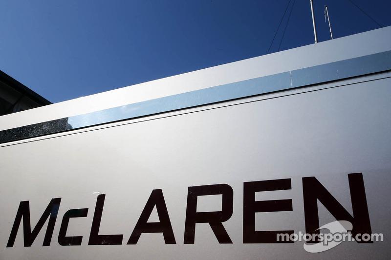 Logo McLaren en un camión