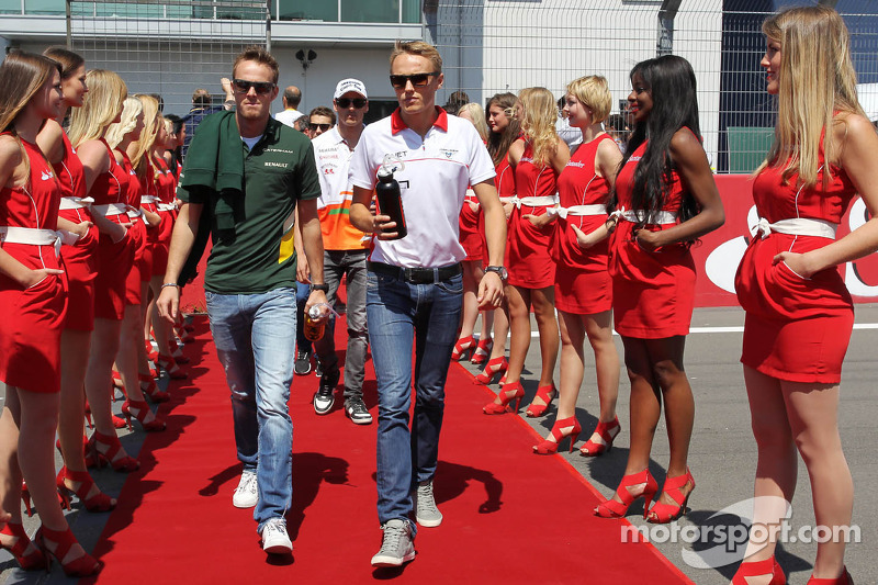 (L naar R): Giedo van der Garde, Caterham F1 Team en Max Chilton, Marussia F1 Team bij de rijdersparade