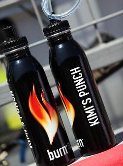 Drinkflessen voor Kimi Raikkonen, Lotus F1 Team