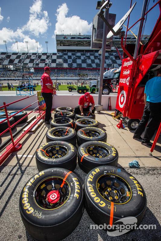 Membro do equipe de Juan Pablo Montoya, Earnhardt Ganassi Chevrolet, prepara rodas e pneus