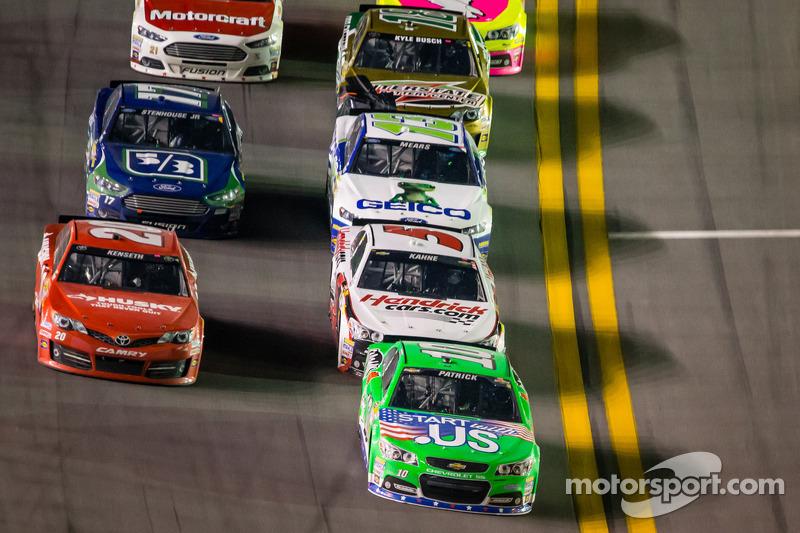 Danica Patrick, Stewart-Haas Racing Chevrolet voert een groepje auto's aan