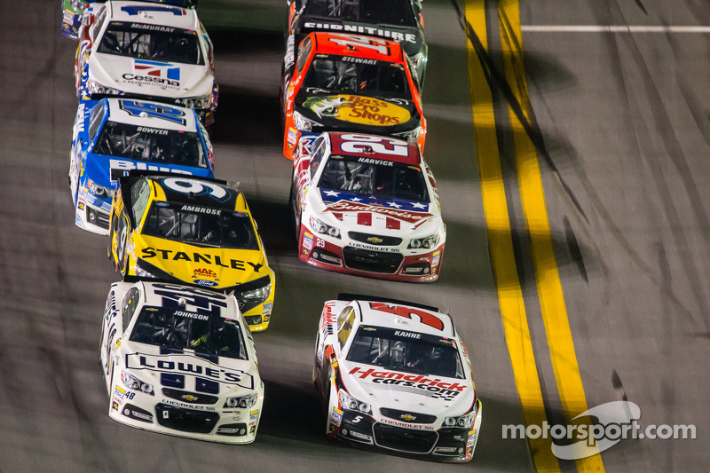 Jimmie Johnson, Hendrick Motorsports Chevrolet and Kasey Kahne, Hendrick Motorsports Chevrolet battle