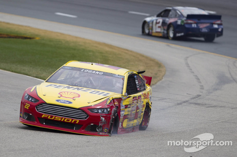 Crash voor Joey Logano, Penske Racing Ford