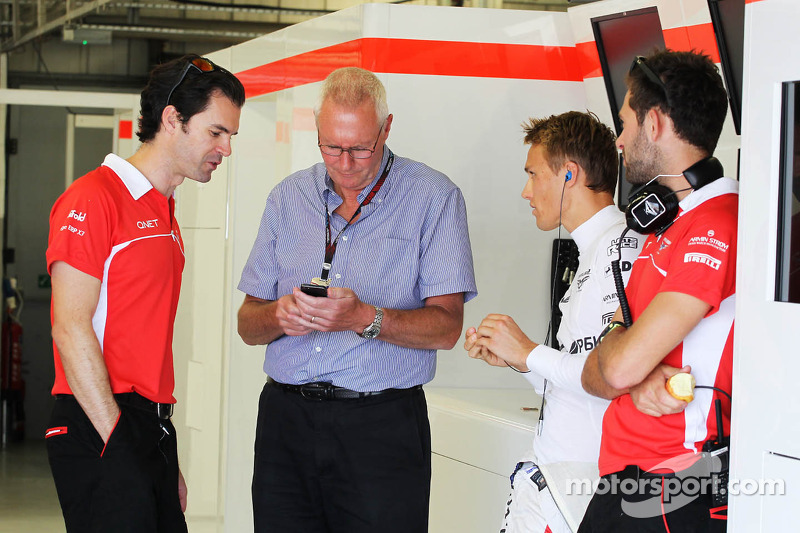 (L naar R): Marc Hynes, Marussia F1 Team Driver Coach met John Booth, Teambaas Marussia F1 Team, Max Chilton, Marussia F1 Team MR02 en Sam Village, Marussia F1 Team