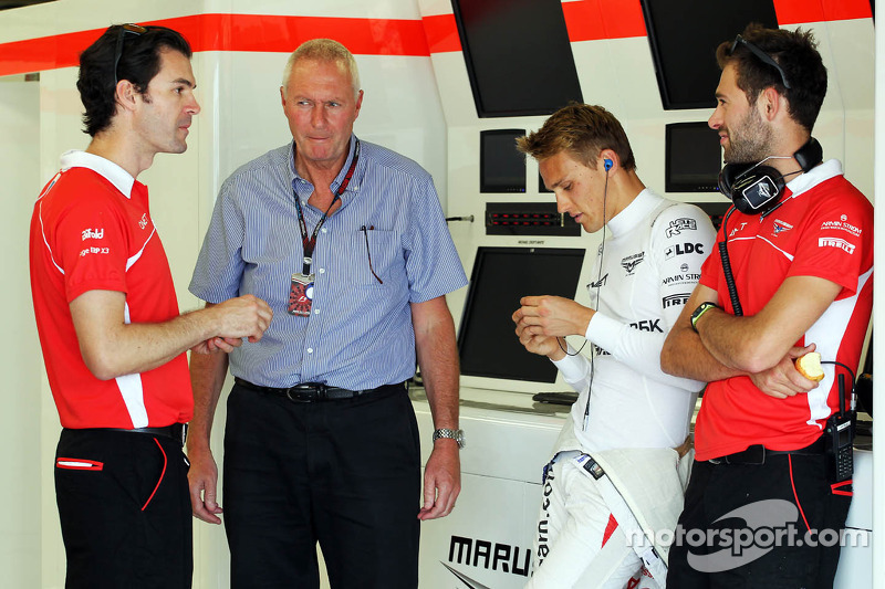 (L naar R): Marc Hynes, Marussia F1 Team Driver Coach met John Booth, Teambaas Marussia F1 Team, Max