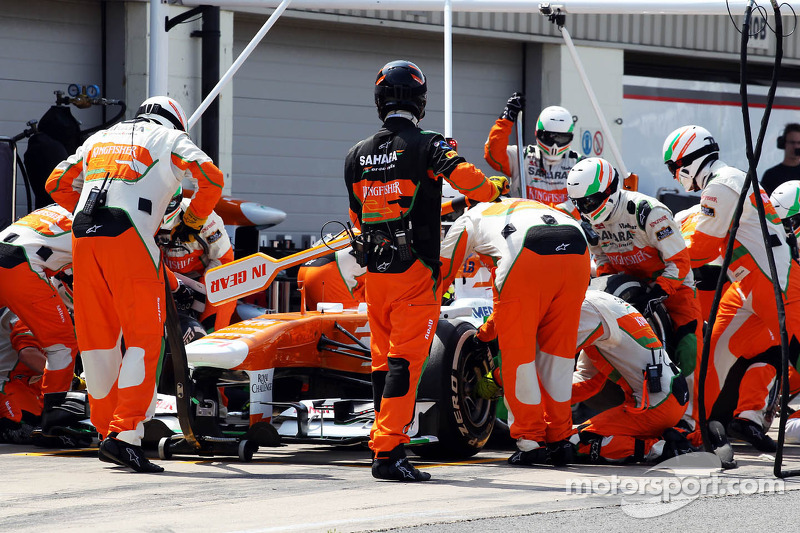 James Calado, Sahara Force India VJM06 Test Driver practices a pit stop