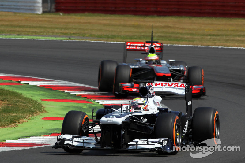 Pastor Maldonado, Williams FW35 leads Oliver Turvey, McLaren McLaren MP4-28 Test Driver