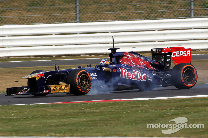 Carlos Sainz Jr., Scuderia Toro Rosso STR8 Test Driver verremt zich