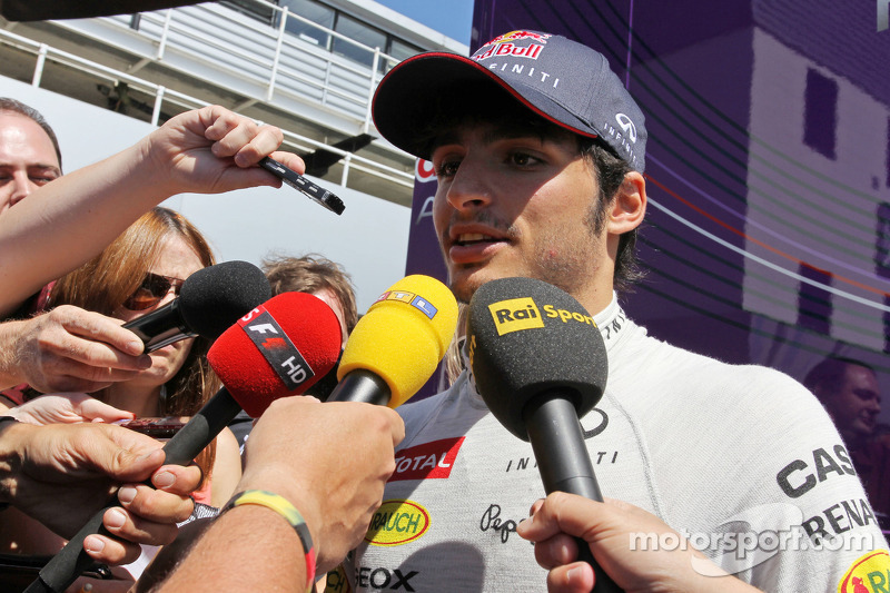Carlos Sainz Jr., Testrijder Red Bull Racingmet de media
