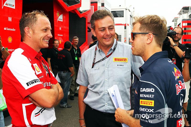 (L naar R): Daniele Tartoni, Ferrari, met Mario Isola, Pirelli Racing Manager en Sebastian Vettel, R