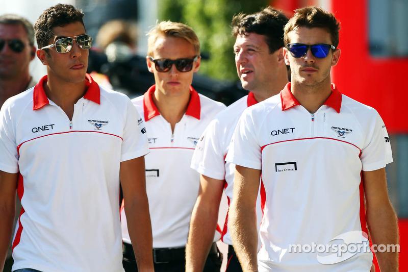 (L naar R): Rodolfo Gonzalez, Reservecoureur Marussia F1 Team met Max Chilton, Marussia F1 Team; Dave O'Neill, Marussia F1 Team Manager; en Jules Bianchi, Marussia F1 Team