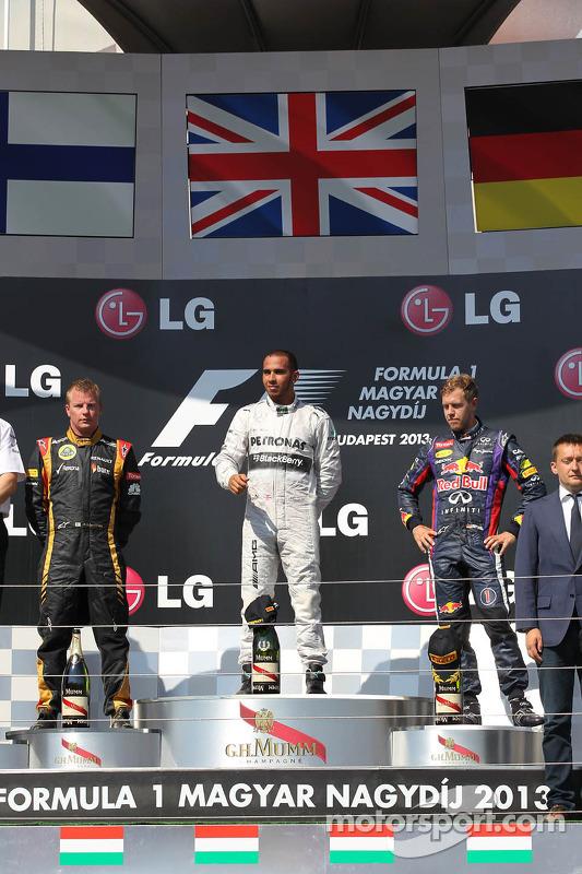 primeiro colocado Lewis Hamilton, Mercedes AMG F1 W04 com segundo colocado Kimi Raikkonen, Lotus F1 E21, e o terceiro colocado Sebastian Vettel, Red Bull Racing