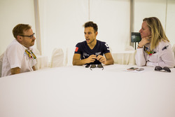 Luca Ghiotto (RUSSIAN TIME) répond aux questions de David Cameron, attaché de presse FIA F2, et d'Alexa Quintin, directrice de communication FIA F2