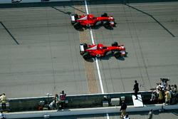 Sieg für Rubens Barrichello, Ferrari F2002, vor Michael Schumacher, Ferrari F2002