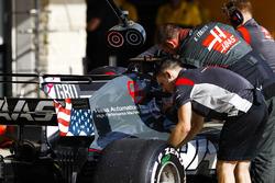 Haas F1 Team ingenieros trabajan en el coche de Romain Grosjean, Haas VF-17 f1