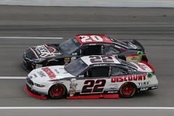 Erik Jones, Joe Gibbs Racing Toyota y Ryan Blaney, Team Penske Ford