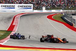 Стоффель Вандорн, McLaren MCL32, Паскаль Верляйн, Sauber C36, и Брендон Хартли, Scuderia Toro Rosso STR12
