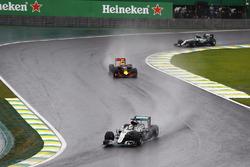 Lewis Hamilton, Mercedes F1 W07 Hybrid leads Max Verstappen, Red Bull Racing RB12 and Nico Rosberg, Mercedes F1 W07 Hybrid