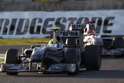 Nico Rosberg, Mercedes GP W01, devance Michael Schumacher, Mercedes GP W01