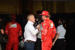 Ведущий Sky Sport Джонни Херберт и гонщик Ferrari Кими Райкконен