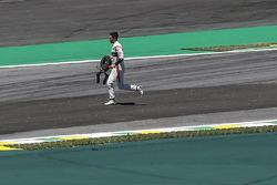Stoffel Vandoorne, McLaren corre fuori dalla pista dopo l'incidente
