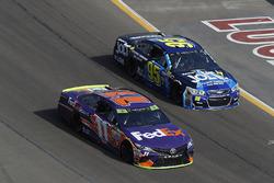 Денни Хэмлин, Joe Gibbs Racing Toyota и Майкл Макдауэлл, Leavine Family Racing Chevrolet