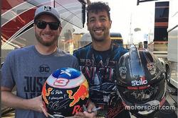 Daniel Ricciardo e Dale Earnhardt Jr. trocam capacetes