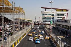Rob Huff, Chevrolet Cruze LT, Andy Priaulx, BMW 320si, Jordi Gene Guerrero, SEAT Leon 2.0 TDI, Augusto Farfus, BMW 320si, Tiago Monteiro, SEAT Leon 2.0 TDI, Gabriele Tarquini, SEAT Leon 2.0 TDI y el grupo al inicio
