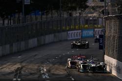Mitch Evans, Jaguar Racing, leads Alex Lynn, DS Virgin Racing