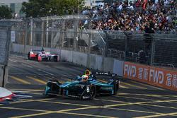 Oliver Turvey, NIO Formula E Team, precede Felix Rosenqvist, Mahindra Racing
