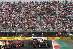 Alexander Rossi, Manor Marussia MR03, por delante de Kimi Raikkonen, Ferrari SF-15T, Fernando Alonso, McLaren MP4-30, Jenson Button, McLaren MP4-30, y Will Stevens, Manor Marussia MR03