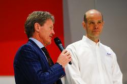 Malcolm Wilson parle à Henry Hope-Frost sur la scène Autosport