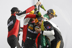 #31 Action Express Racing Cadillac DPi, P: Eric Curran, Mike Conway, Stuart Middleton, Felipe Nasr, #5 Action Express Racing Cadillac DPi, P: Joao Barbosa, Christian Fittipaldi, Filipe Albuquerque, sur le podium avec du champagne