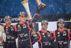 Podio: i vincitori Thierry Neuville, Nicolas Gilsoul, Hyundai Motorsport, al terzo posto Andreas Mikkelsen, Anders Jäger, Hyundai Motorsport