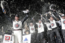 Il vincitore della gara Kevin Harvick, Stewart-Haas Racing, Jimmy John's Ford Fusion