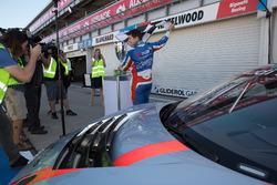 Гонщик Matt Stone Racing Тодд Хазелвуд с кубком за победу в «Аделаиде 500»