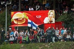 Fãs e uma van de hambúrguer
