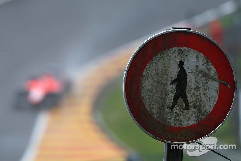 Een Marussia F1 Team MR02 passeert een oud verkeersbord