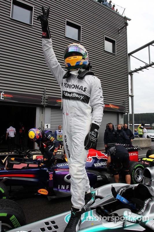 Lewis Hamilton, Mercedes AMG F1 W04 celebra a sua pole position no parque fechado